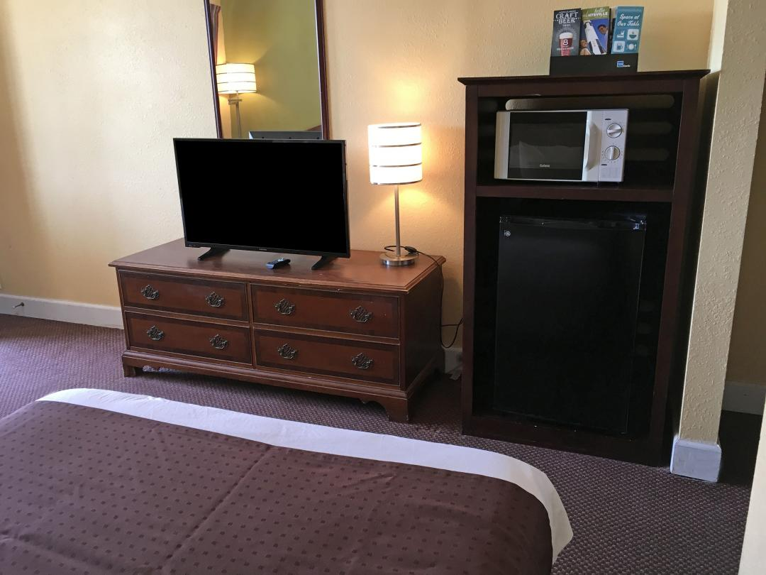 guest room tv and amenities
