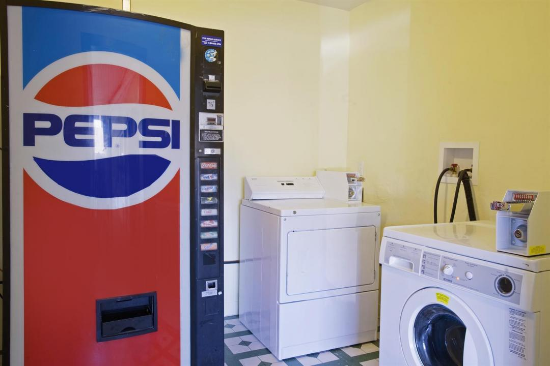 Washing machine, dryer, and vending machine