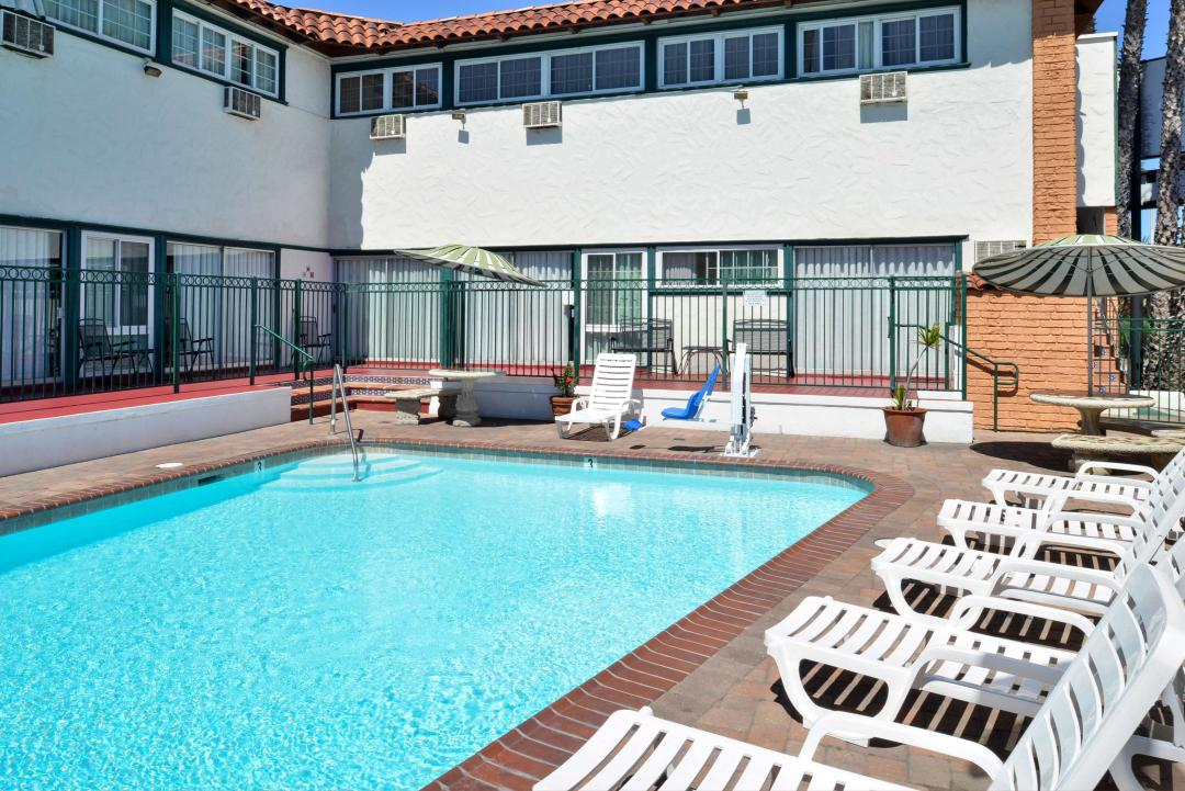 Outdoor pool with lawnchairs and ADA lift