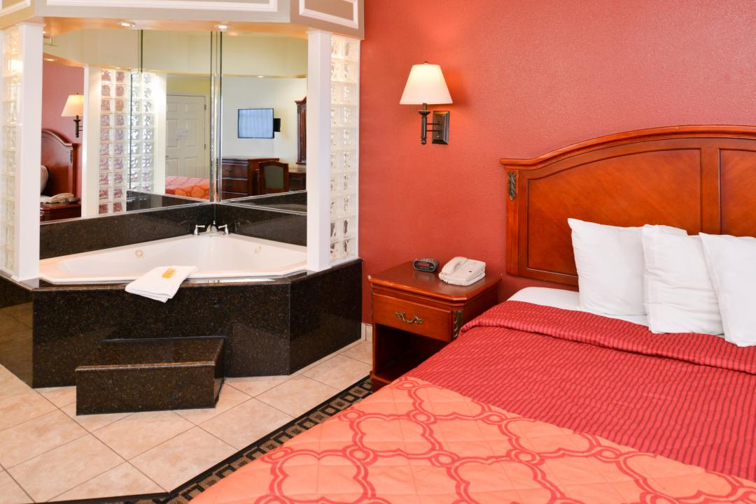 Guest room with one bed and jacuzzi tub