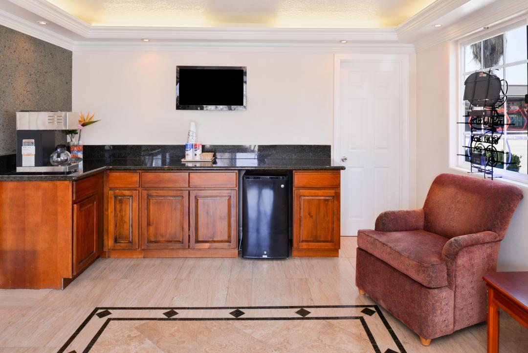 Breakfast Area with flatscreen TV