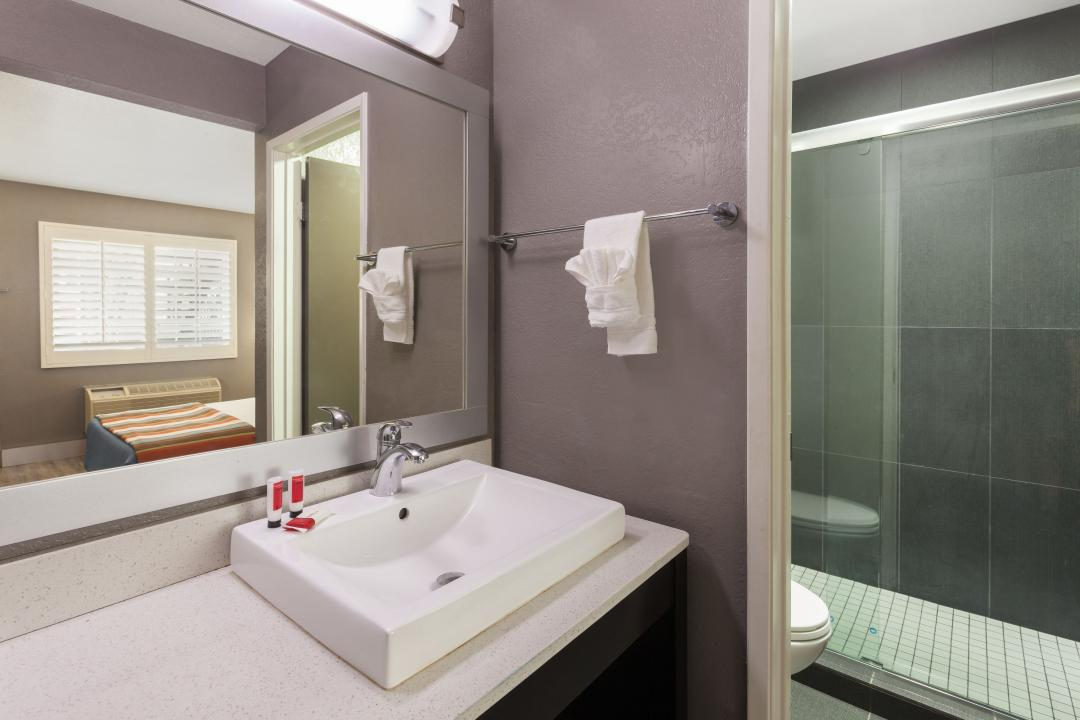 Clean, modern and well lit guestroom bathrooms