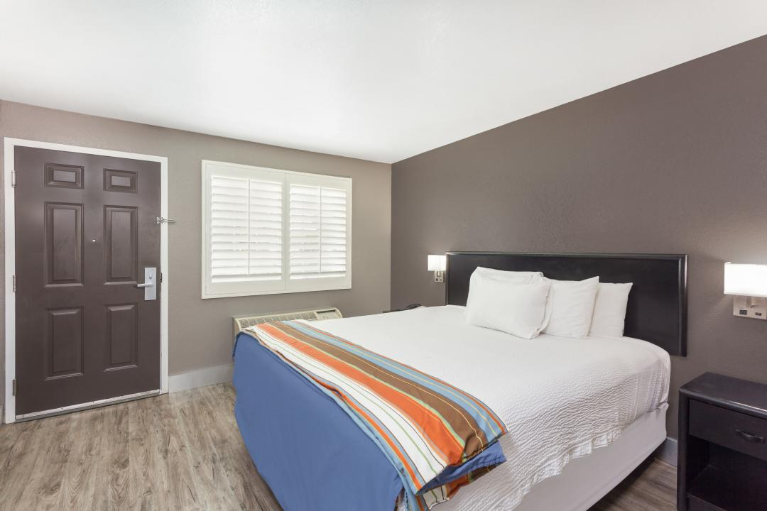 Guestroom with one king bed and white sheets