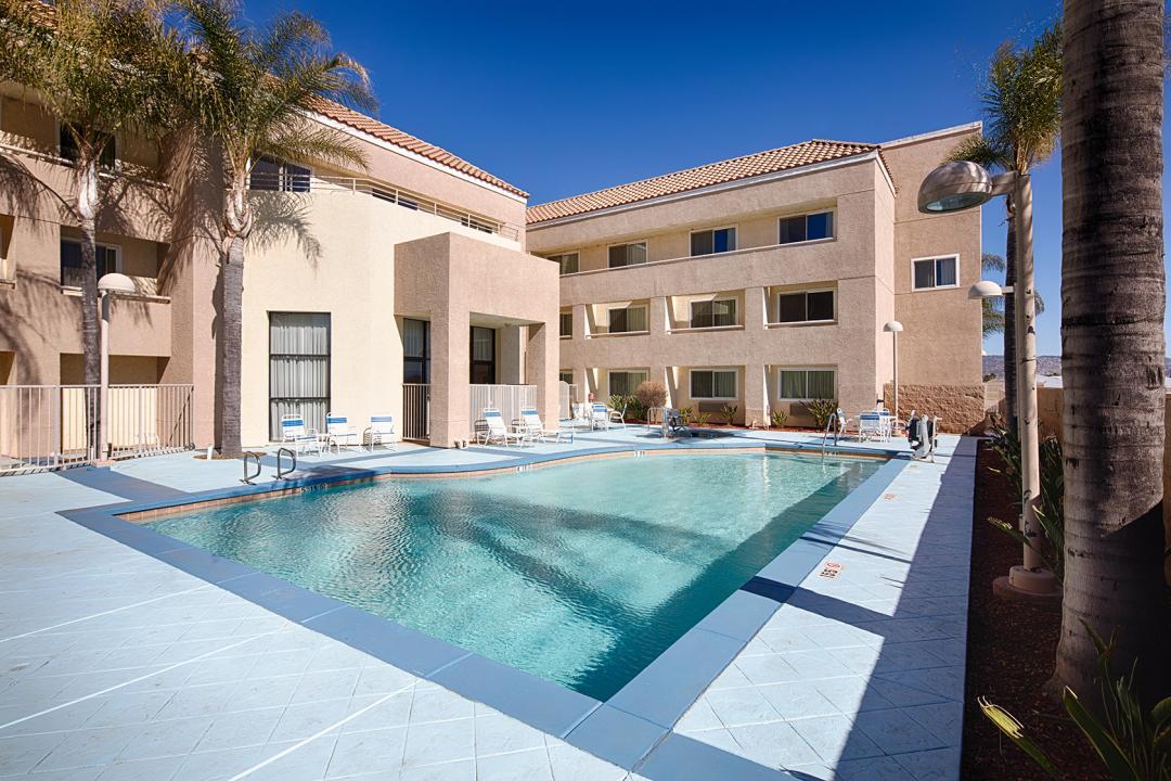 Perris Hotel Outdoor Pool & Hot Tub