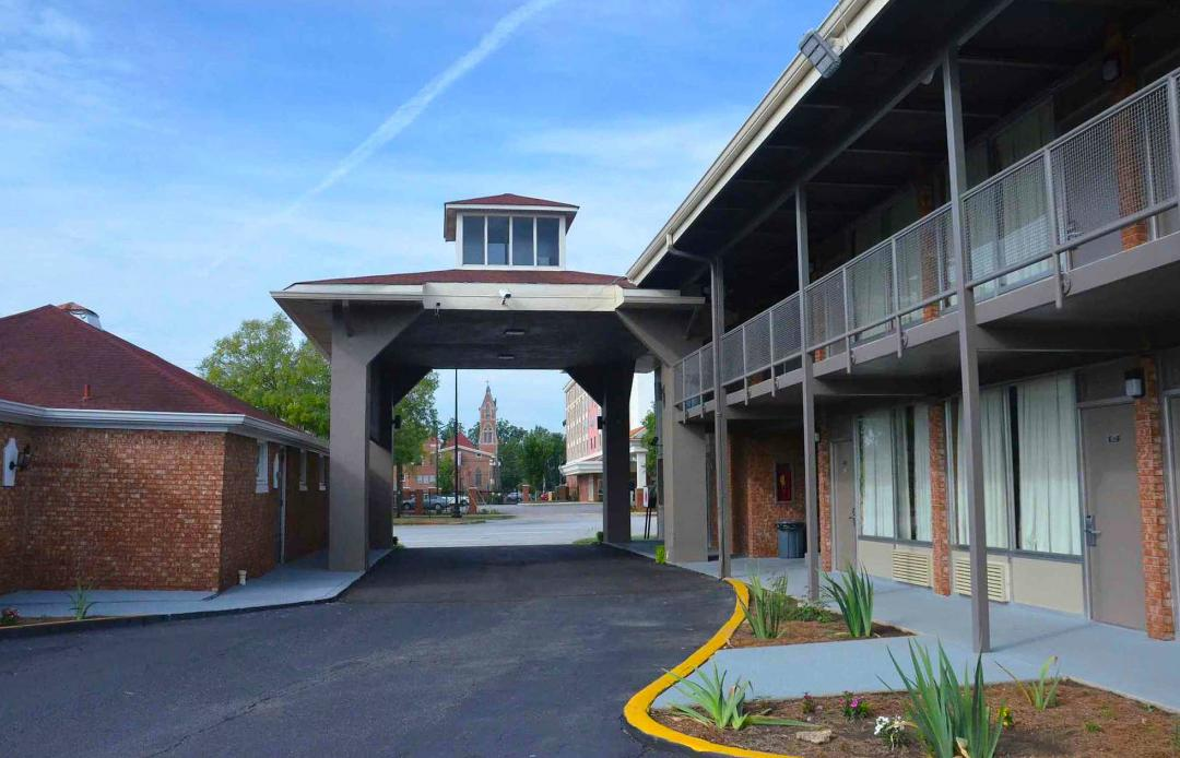 Side view of Port Cochere with exterior hotel corridors