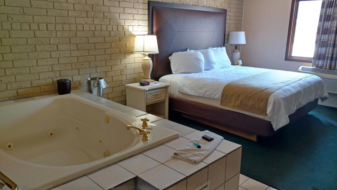 Guest with one queen bed and jacuzzi tub