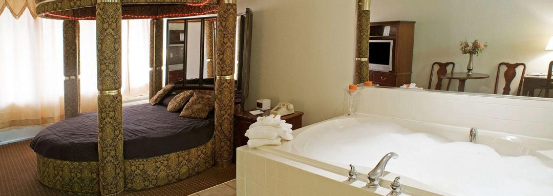 Guest suite with round bed and jacuzzi tub
