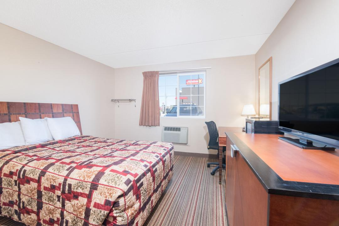 Guest room with one king bed, desk and chair