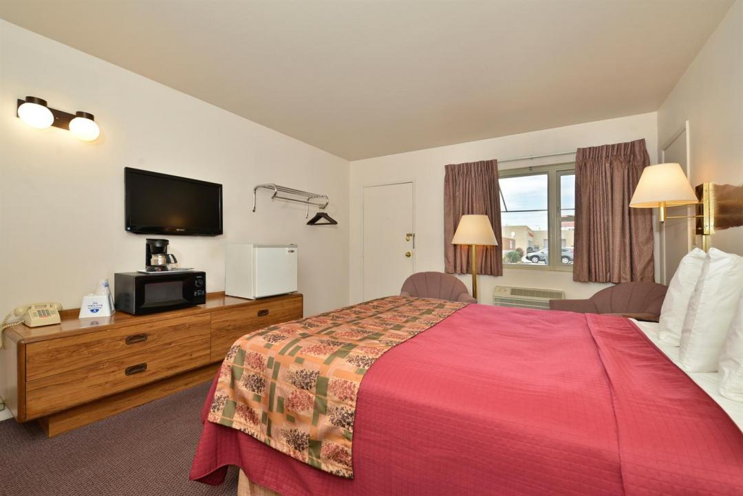 Spacious single bed guestroom with view outside