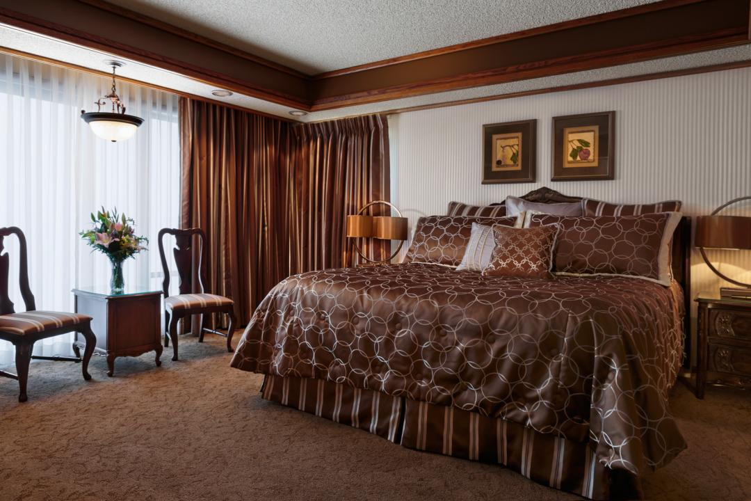 Parlor Suite with King Bed and Luxurious Bedding