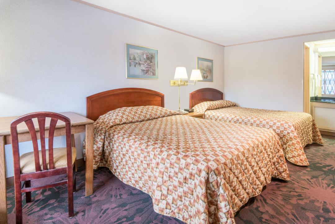 2 Queen Beds with Desk