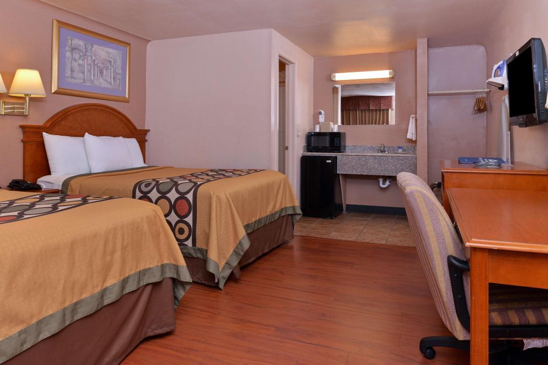 Two bed guesttroom amenities and hardwood floors
