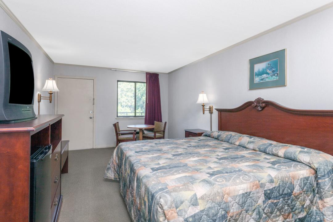 Spacious single bed guest room