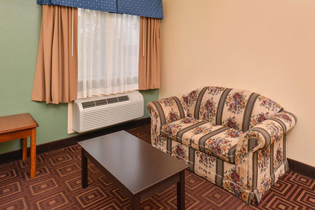 Queen Beds Sitting Area