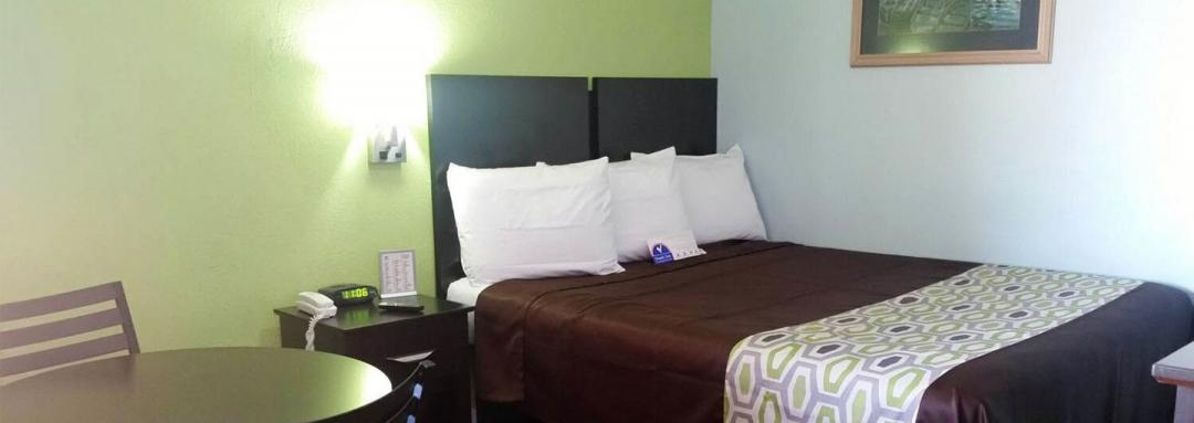 One double bed guestroom with night stand, table and chairs