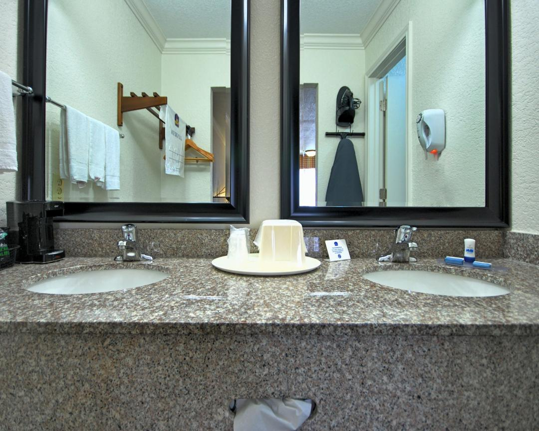 Guest Vanity double sinks, mirrors