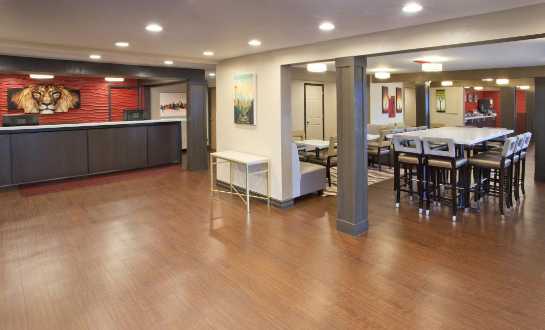Spacious lobby with guest seating and large breakfast area