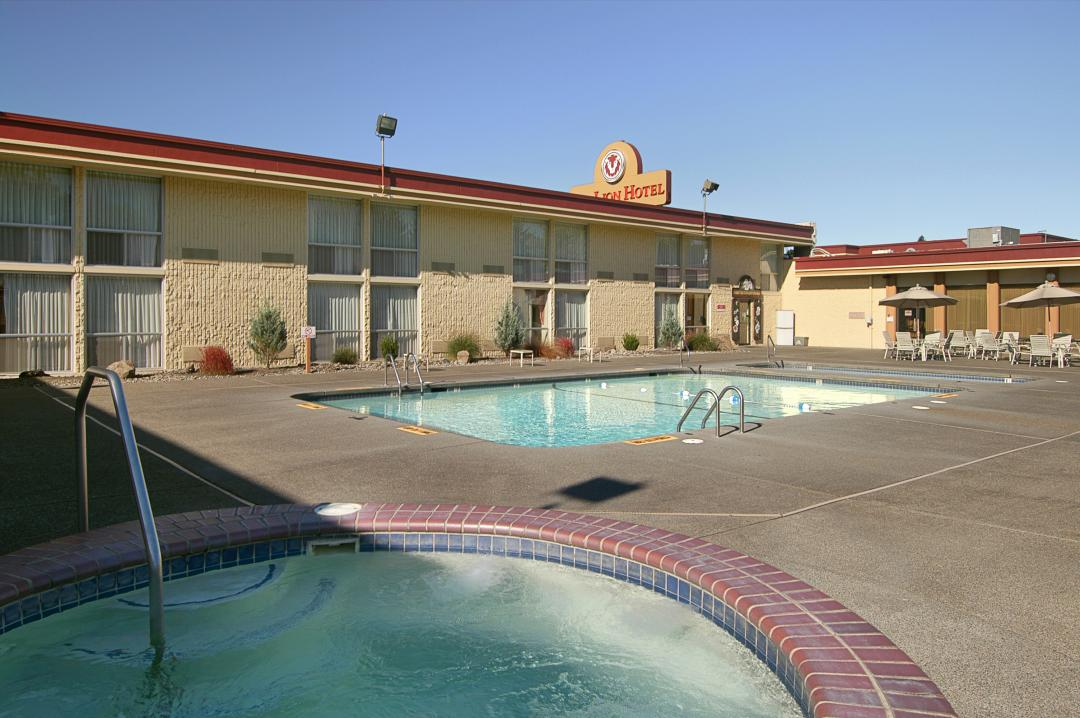 Pool and Hot Tub at Red Lion Hotel Kelso-Longview