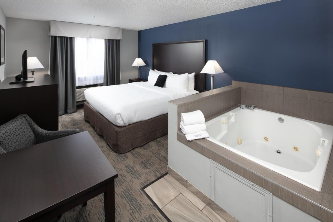 One King Bed Deluxe with jetted tub in room